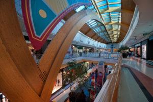 Interior do centro Rio Sul Shopping, no Seixal