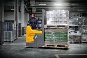 ERD 220i transportiert in einer Lagerhalle; ERD 220i transported in a warehouse